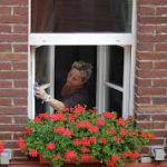 窓拭きを新聞紙で拭くときれいになる理由は?鏡のウロコ取りも出来る?